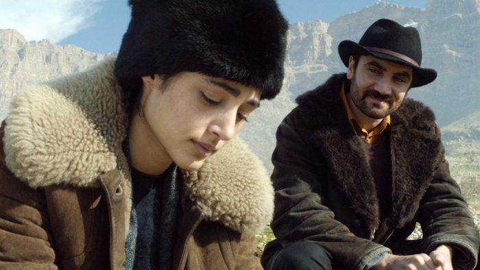 Photo de Golshifteh Farahani. Dans un paysage de western, l'actrice semble discuter avec le héros du film.