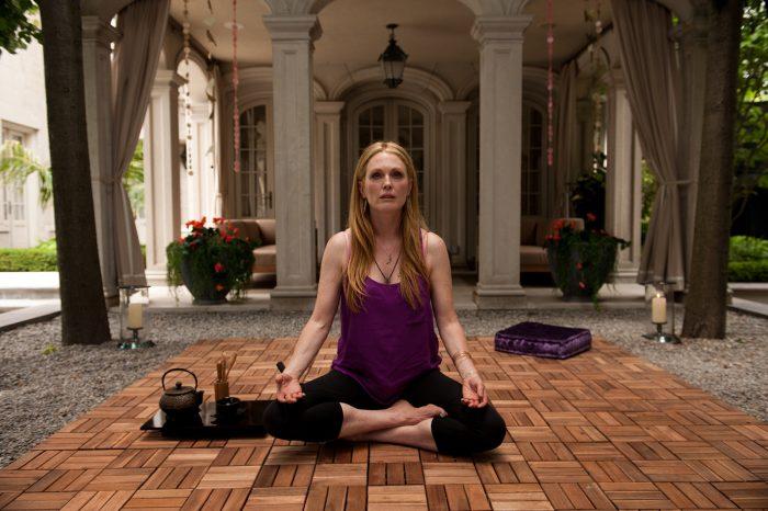 Photo de Julianne Moore dans le film Maps to the Stars de David Cronenberg. L'actrice médite en position de yoga dans une villa.