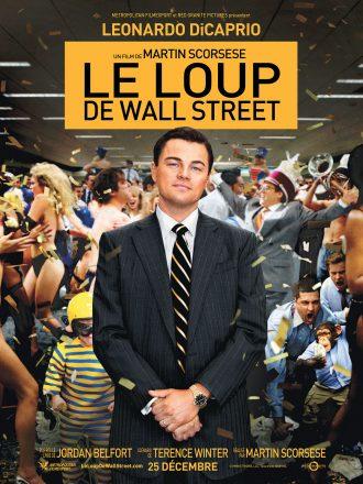 Affiche du Loup de Wall Street de Martin Scorsese. DiCaprio est au centre de l'affiche, sérieux, dans une fête de bureau où l'on voit un nain déguisé et un singe en costume.