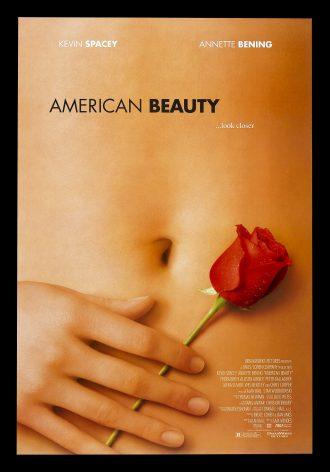 Affiche d'American Beauty de Sam Mendes. Nous y voyons le ventre d'une femme. Une main et une rose sont posées près du nombril.