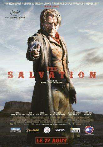 Affiche du western The Salvation. Nous y voyons Mads Mikkelsen au centre de l'objectif, pointant son arme vers une victime qui semble au sol.