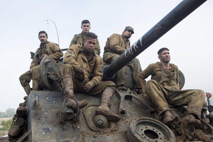 Photo du film Fury de David Ayer. Nous y voyons Brad Pitt et ses quatre soldats assis sur Fury, leur tank.