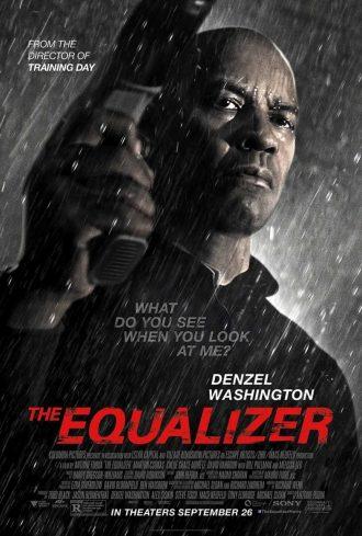 Affiche de The Equalizer d'Antoine Fuqua. Il s'agit d'un portrait en contre-plongée de Denzel Washington sous la pluie, un air déterminé et une arme à la main.