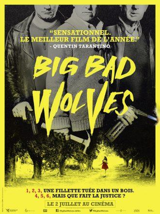 Affiche de Big Bad Wolves. Sur un fond jaune, nous voyons trois hommes armés d'un pistolet, un marteau et un chalumeau sur le haut de l'affiche. Nous ne distinguons que le bas de leur visage. En bas de l'affiche, nous voyons une jeune fille marchée sur un chemin entouré d'arbres.