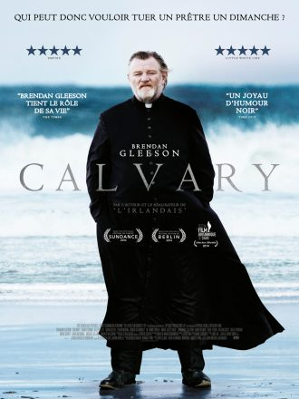 Affiche du film Calvary, sur laquelle nous voyons Brendan Gleeson en tenue de prêtre face à l'objectif. Une grosse vague approche derrière lui.