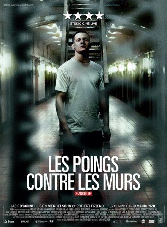 Affiche du film Les poings contre les murs de David Mackenzie. Nous y voyons Jack O'Connell dans un couloir de la prison où des cellules sont disposées des deux côtés. Il lance un regard très dur à l'objectif.