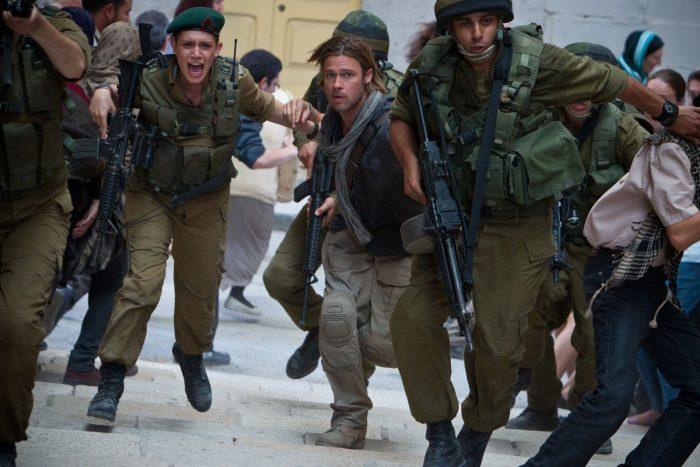 Photo de Brad Pitt dans le film World War Z. Entouré de militaires et de la foule, le comédien court et semble paniqué.