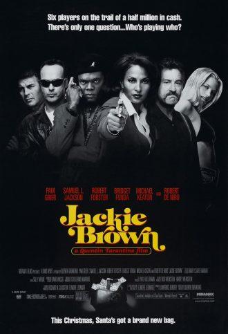 Affiche de Jackie Brown de Quentin Tarantino. Nous y voyons tous les personnages principaux en noir et blanc devant un fond noir. La police des noms est rouge et celle du titre jaune.