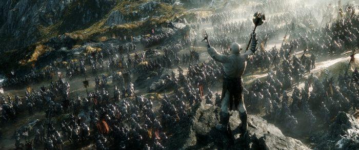 Photo de bataille du Hobbit : La Bataille des Cinq Armées. Azog prépare son armée du haut d'un pic avant la grande bataille.