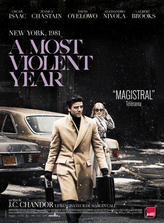 Affiche d'A most violent year de J.C. Chandor. Nous y voyons Oscar Isaac s'avancer vers l'objectif dans un paysage légèrement enneigé. Il porte deux malettes. Au second plan, sa femme incarnée par Jessica Chastain le regarde, proche de leur voiture.