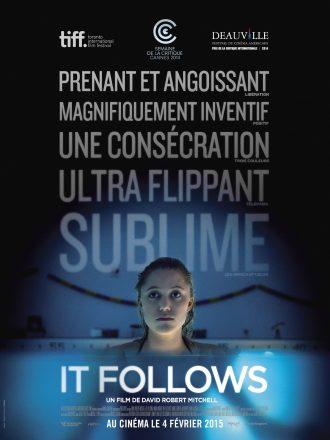 Affiche du film It Follows de David Robert Mitchell. Nous y voyons la comédienne Maika Monroe dans une piscine. L'affiche est très sombre.