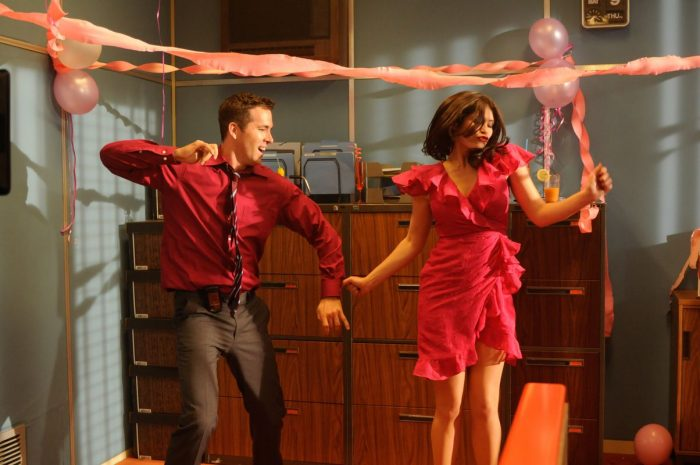 Photo de Ryan Reynolds et Gemma Arterton dans le film The Voices de Marjane Satrapi. Les deux comédiens dansent lors d'une fête de bureau.