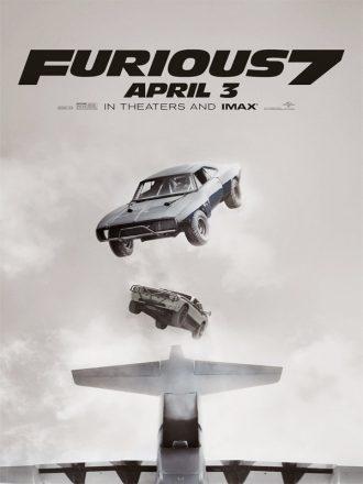 Affiche du film Fast & Furious . Nous y voyons deux voitures tomber dans le vide après leur envol d'un avion.