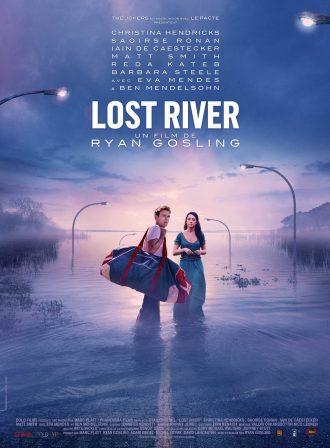 Affiche de Lost River de Ryan Gosling. Nous y voyons Iain de Caestecker et Saoirse Ronan prêt à s'enfoncer dans une ville engloutie. Les couleurs pourpres confèrent une véritable atmosphère à l'affiche. Les comédiens ont le regard tourné vers l'objectif.