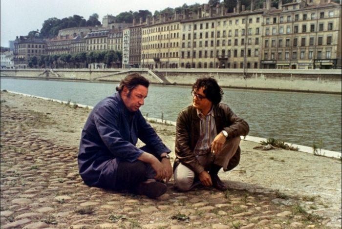 Photo de Philippe Noiret dans le film L'horloger de Saint-Paul de Bertrand Tavernier. Nous y voyons le comédien assis sur les quais de Saône de Lyon, discutant avec son ami incarné par Jacques Denis.