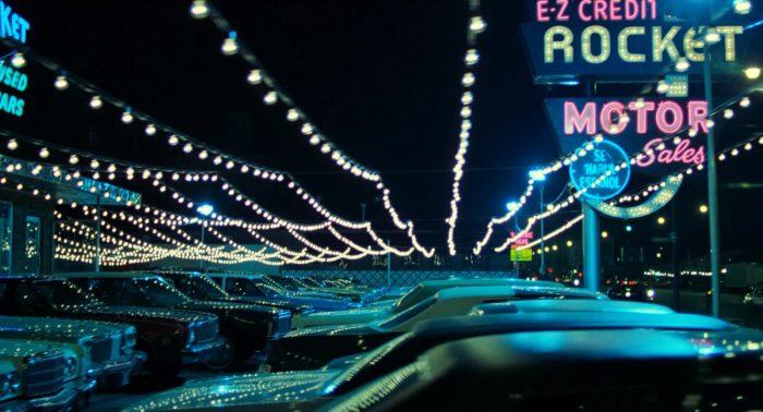 Photo du film Le Solitaire de Michael Mann. Nous y voyons un parking de voitures éclairé par de nombreuses lumières des rues de Los Angeles.