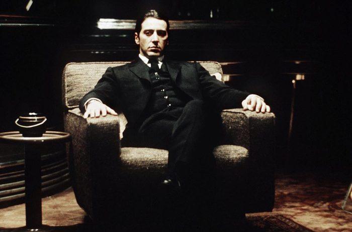 Photographie d'Al Pacino dans Le Parrain. L'acteur est assis dans son fauteuil, en pleine méditation.