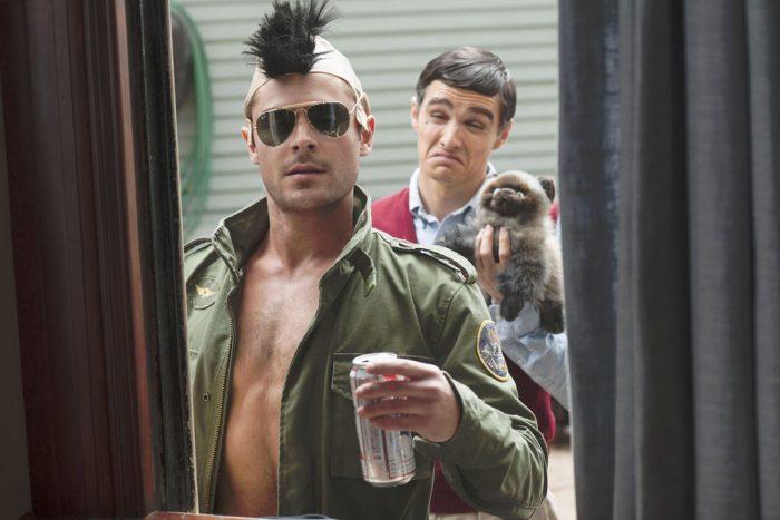 Photo de Zac Efron et Dave Franco dans le film Nos pires voisins. Déguisés en Robert De Niro, les deux acteurs font des mimiques du comédien devant une fenêtre.