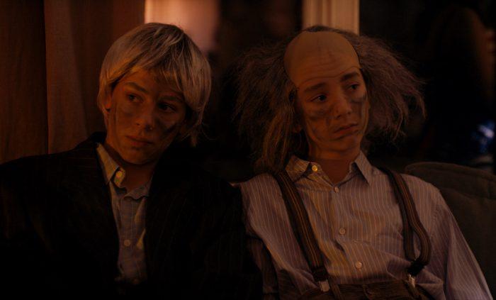 Photo de Microbe et Gasoil dans le film de Michel Gondry. Les deux amis sont assis à une soirée déguisée et semblent s'ennuyer.