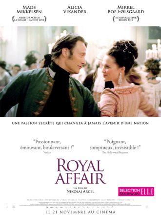 Affiche du film Royal Affair de Nikolaj Arcel. Mads Mikkelsen et Alicia Vikander dansent au milieu de la cour royale et s'échangent un regard complice.