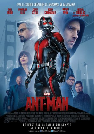 Affiche du film Ant Man de Peyton Reed. Au centre nous pouvons voir le super-héros dans sa tenue. A l'arrière plan, sur un fond bleu, nous distinguons le Golden Gate Bridge. Nous voyons également tous les personnages principaux du film.