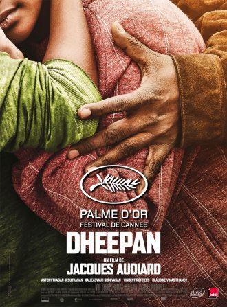 Poster du film Dheepan de Jacques Audiard. Nous y voyons une photo en gros plan de trois personnes en train de s'étreindre. On ne distingue que très peu le bas du visage d'une femme.