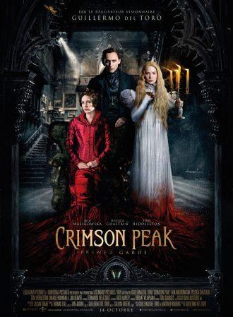 Poster du film Crimson Peak réalisé par Guillermo Del Toro. Les trois personnages principaux posent dans la sombre demeure familiale. Le bas de la robe de MIa Wasikowska est tachée d'argile ou de sang.