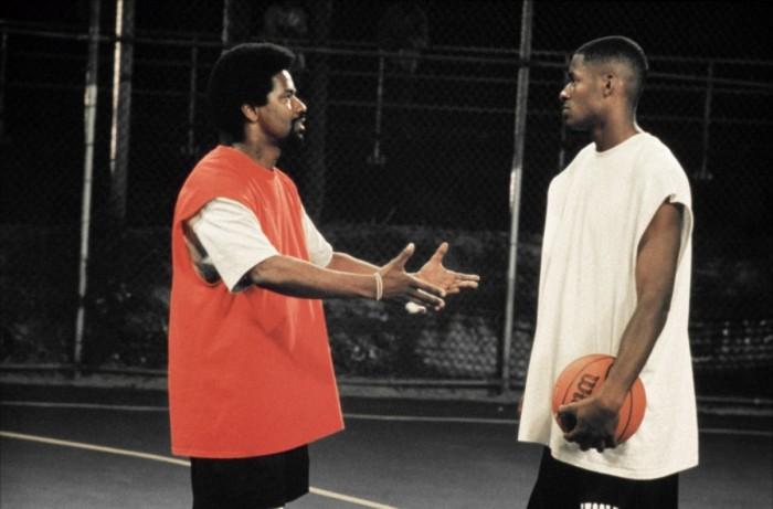 Photographie du film He Got Game réalisé par Spike Lee. Denzel Washington parle à Ray Allent sur un terrain de basket dans la rue.