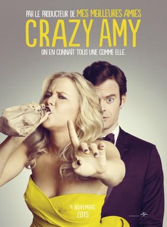 Poster du film Crazy Amy réalisé par Judd Apatow. Amy Schumer fait un signe du doigt à l'objectif comme s'il devait se taire en buvant dans une bouteille recouverte d'un sac marron. Derrière elle se tient Bill Hader en smoking, qui semble consterné.