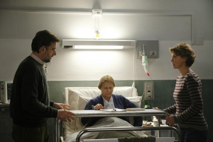 Photos du film Mia Madre de Nanni Moretti. Dans une chambre d'hôpital, les personnages de Nanni Moretti et Margherita Buy entourent leur mère, assise sur son lit.