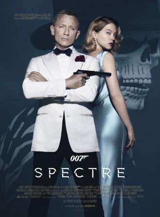 Affiche de 007 Spectre de Sam Mendes. James Bond est face à l'objectif, tenant son arme et croisant les bras, le regard assuré. Seydoux est derrière lui et se tourne vers l'objectif, le regard mystérieux. A l'arrière plan, une photo de Bond dans son costume de la scène d'introduction est estompée. Il s'agit d'une tête de mort.
