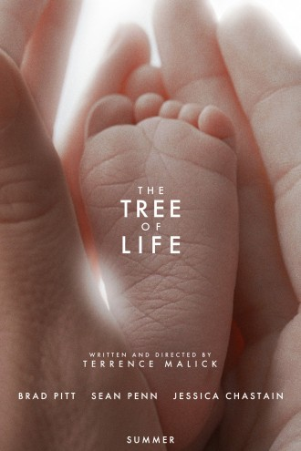 Affiche du film The Tree of Life réalisé par Terrence Malick. Nous voyons les mains d'un parent, éclairées par une lumière blanche, entourer le pied d'un bébé de manière gracieuse.