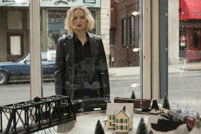 Photo du film Joy. Jennifer Lawrence est au centre de la photographie et observe une vitrine.