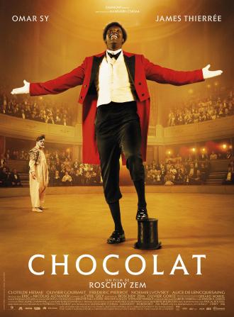 Poster de Chocolat, réalisé par Roschdy Zem. Sur l'affiche, nous pouvons voir le duo de clowns formé par Footit et Chocolat, interprétés par James Thierrée et Omar Sy. Chocolat est sur le premier plan de la scène alors que Footit est au fond.