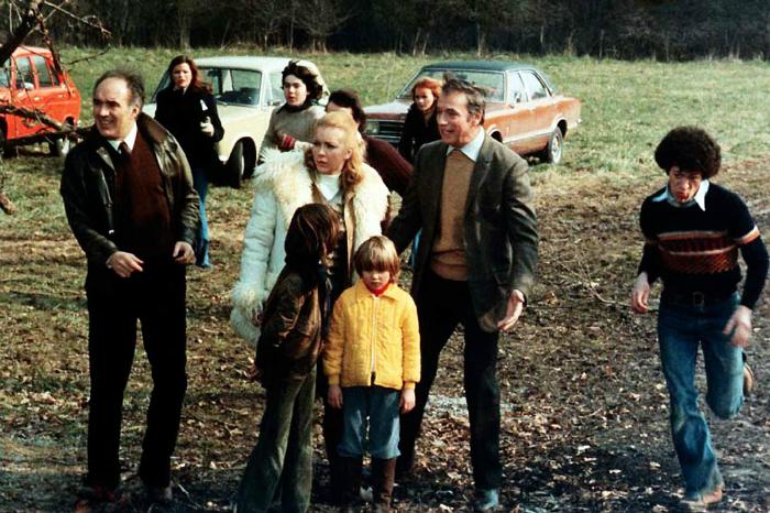 Photographie du film Vincent, François, Paul et les autres. Nous y voyons deux des personnages principaux interprétés par Yves Montand et Michel Piccoli à la campagne, accompagnés par leur famille.