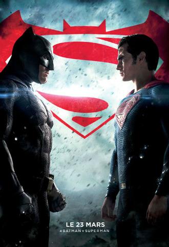 Affiche du film Batman V Superman, L'aube de la justice. Les deux super-héros sont face-à-face, prêts à s'affronter. Nous voyons le logo du film au second plan. L'affiche est très sombre.