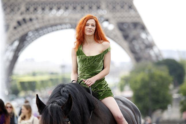 Photographie du film Saint Amour. La comédienne Céline Sallette est face à l'objectif, à cheval, avec dans son dos la Tour Eiffel.