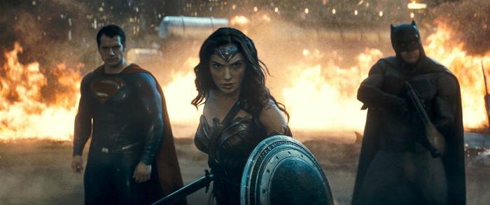Photo du film Batman V Superman de Zack Snyder. Dans un paysage chaotique, Superman, Wonder Woman et Batman se tiennent alignés face à leurs ennemis. Wonder Woman est au premier plan.
