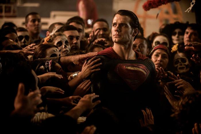 Photo du film Batman V Superman de Zack Snyder. Sur la photo, nous voyons Superman regarder à l'horizon, adulé par une foule qui l'entoure.