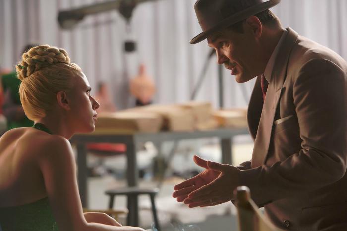 Photo de Scarlett Johansson et Josh Brolin dans Avé, César ! réalisé par les frères Coen. Sur la photographie, les deux comédiens discutent.