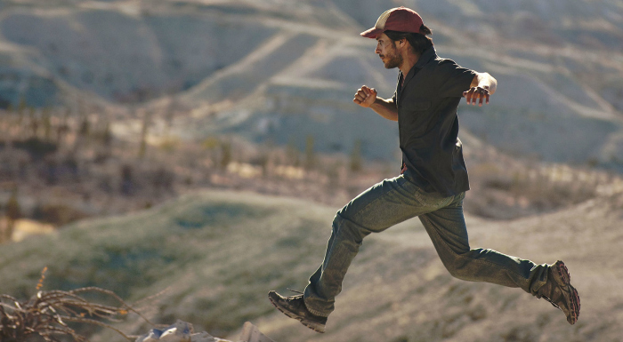Photo de Gael Garcia Bernal dans le film Desierto de Jonas Cuarón. L'acteur court à un rythme effréné dans le désert.