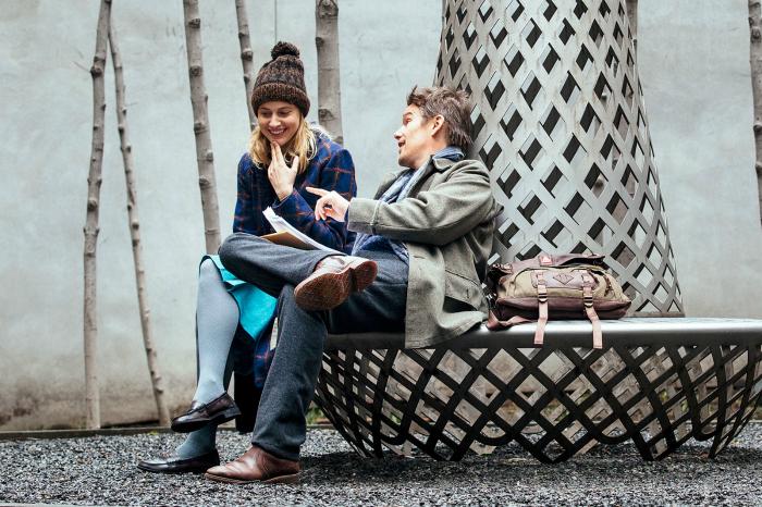 Photo d'Ethan Hawke et Greta Gerwig dans le film Maggie a un plan de Rebecca Miller. Les deux acteurs discutent de manière complice sur un banc.