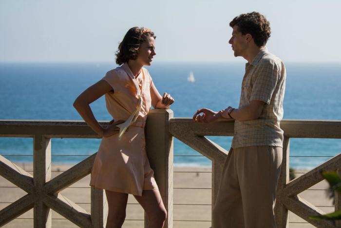 Photo de Kristen Stewart et Jesse Eisenberg qui discutent sur un ponton devant une plage de Los Angeles.
