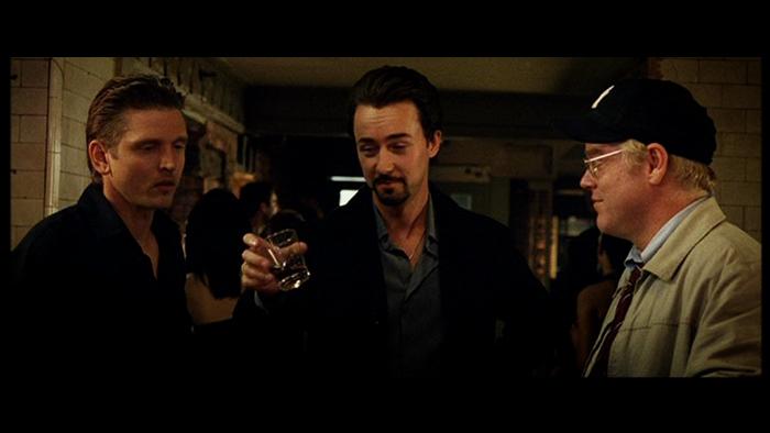 Photo de Barry Pepper, Edward Norton et Philip Seymour Hoffman dans le film La 25ème heure de Spike Lee. Les trois amis trinquent au comptoir d'un bar.