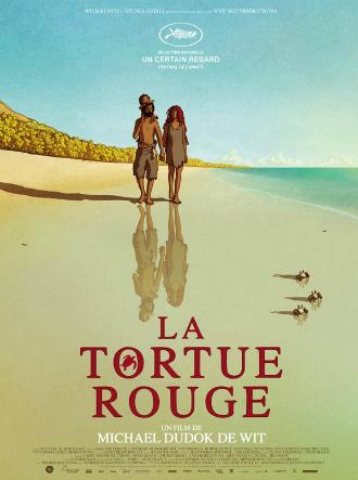 Affiche du film La Tortue Rouge sur laquelle nous voyons un couple marcher sur la plage avec un enfant dans les bras du père. Trois crabes marchent également sur la plage de l'île déserte. Il s'agit d'un film d'animation.