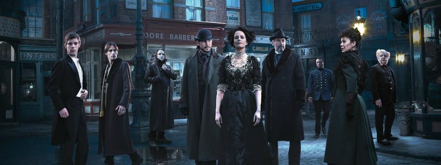 Bannière pour la saison 2 de Penny Dreadful où l'on voit les personnages principaux dans une sombre rue de Londres à la fin du XIXème siècle.