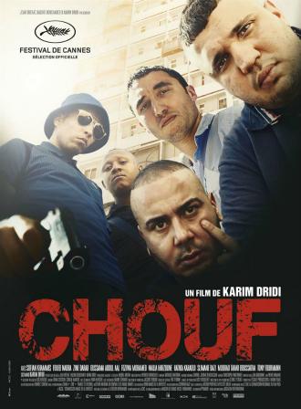 Affiche du film Chouf de Karim Dridi sur laquelle les cinq personnages principaux sont pris en contre-plongée et semblent mettre la pression à un autre personnage. Ils sont pris face à l'objectif.