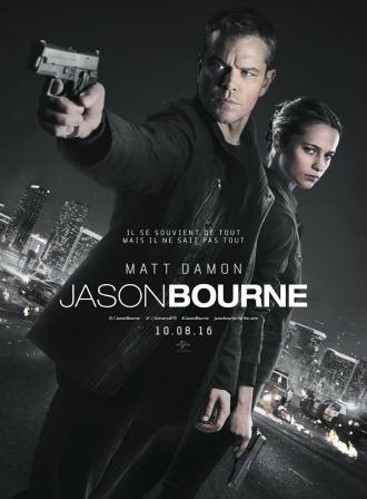 Affiche du film Jason Bourne sur laquelle Matt Damon pointe une arme. Alicia Vikander se tient derrière lui avec un regard sombre. Au fond de l'affiche aux couleurs grises, nous distinguons la ville de Las Vegas.