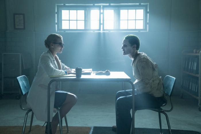 Photo de Margot Robbie et Jared Leto dans le film Suicide Squad de David Ayer. Harley Quinn n'a pas encore sombré dans la folie et interroge le Joker à l'asile d'Arkham.