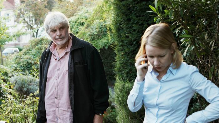 Photo du film Toni Erdmann de Maren Ade sur laquelle le personnage interprété par Peter Simonischek observe sa fille téléphoner.